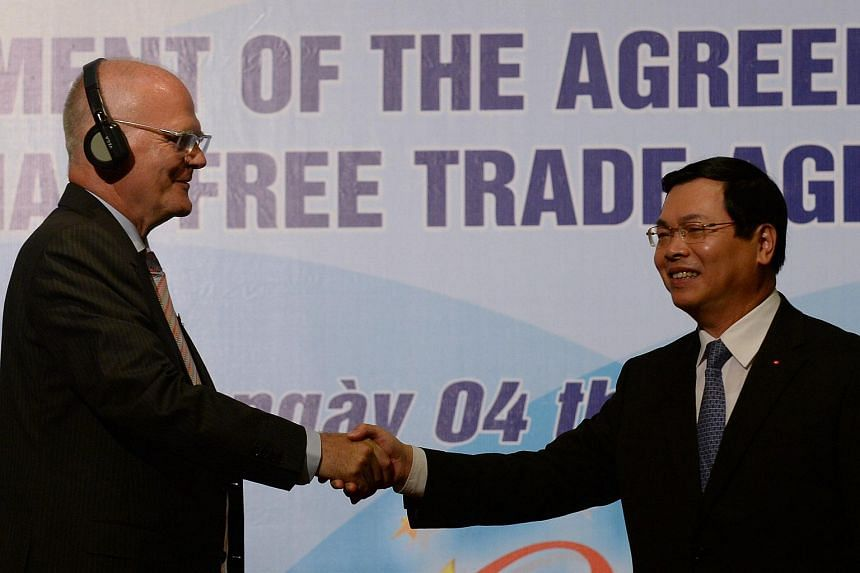 Vietnamese Minister of Trade and Industry Vu Huy Hoang (right) with Frank Jessen, head of the European Union delegation to Vietnam on Aug 4, 2015.