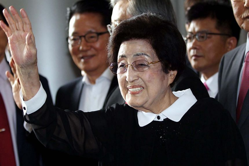 Lee Hee Ho (centre) waves to the media at Gimpo airport prior to her departure for North Korea on Aug 5, 2015.