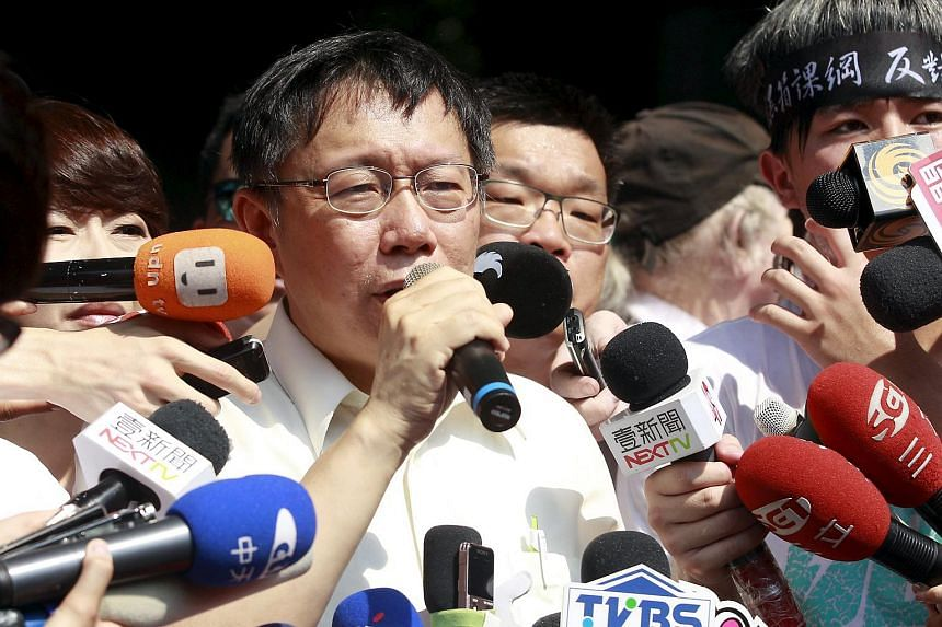 Taipei mayor Ko Wen-je talking to students as they protest at the entrance of Taiwan's Ministry of Education on July 31, 2015.