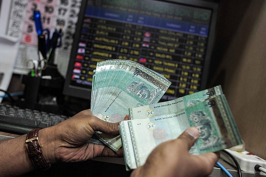 The ringgit fell to 3.9112 to the US dollar - its weakest since September 1998. A slump in oil prices and a deepening political scandal have contributed to the ringgit's 10.6 per cent loss this year .
