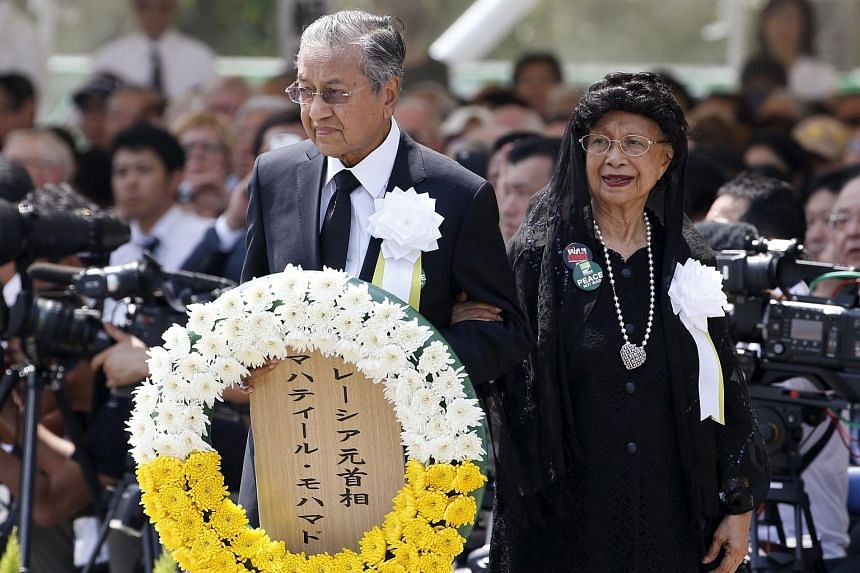 Former Malaysian prime minister Mahathir Mohamad (left) offers a flower wreath for the victims of the 1945 atomic bombing, during a ceremony commemorating the 70th anniversary of the bombing of the city of Nagasaki.