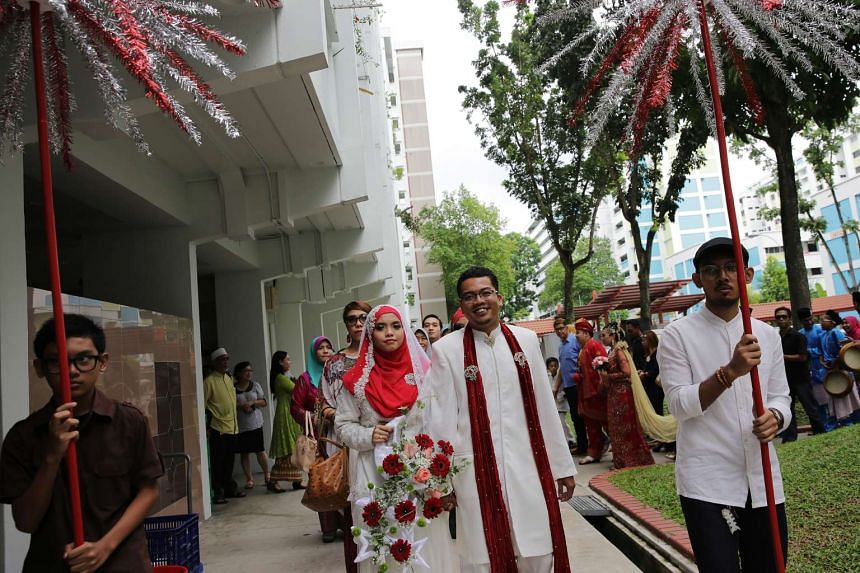 Meanwhile, Mr Safrizan Roslan, 31, and his bride Siti Noraisyah Mohd Sanusi, 29 (both in white), shared their nuptial celebrations with Mr Safrizan's brother, Mr Syazwan Roslan, 26, who married Ms Mahirah Mohd Helmi, 27 (both in red). Over at Mountba