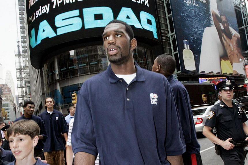 Former NBA player Greg Oden will try to relaunch his career in China after signing for the Jiangsu Dragons.