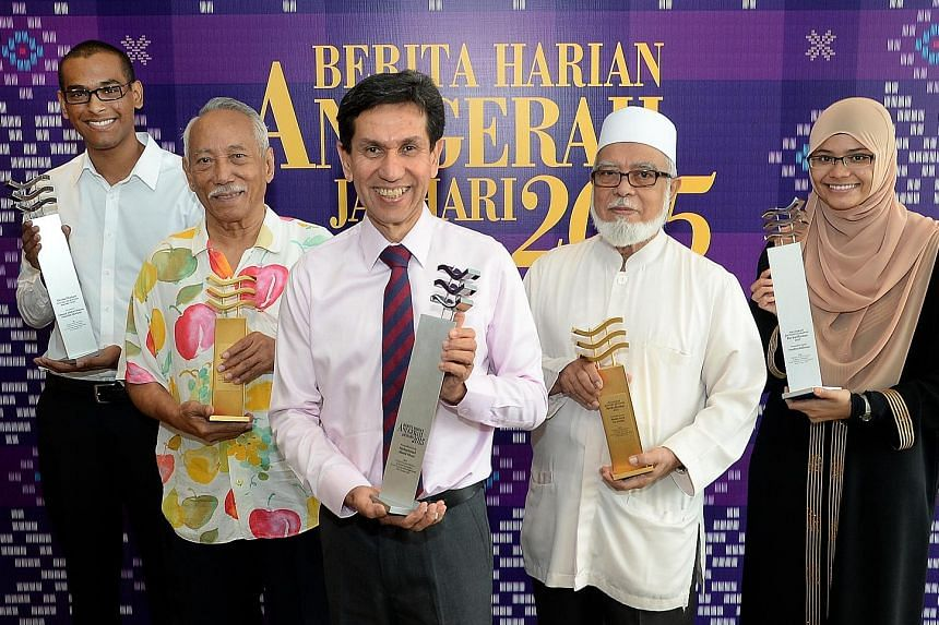 Mr Ahmad Abdurrahman Hanifah Marican (far left) and Ms Amalina Ridzuan (far right) received the Berita Harian Inspiring Young Achiever award yesterday, while batik master Sarkasi Said (second from left) and former Mufti of Singapore Shaikh Syed Isa S