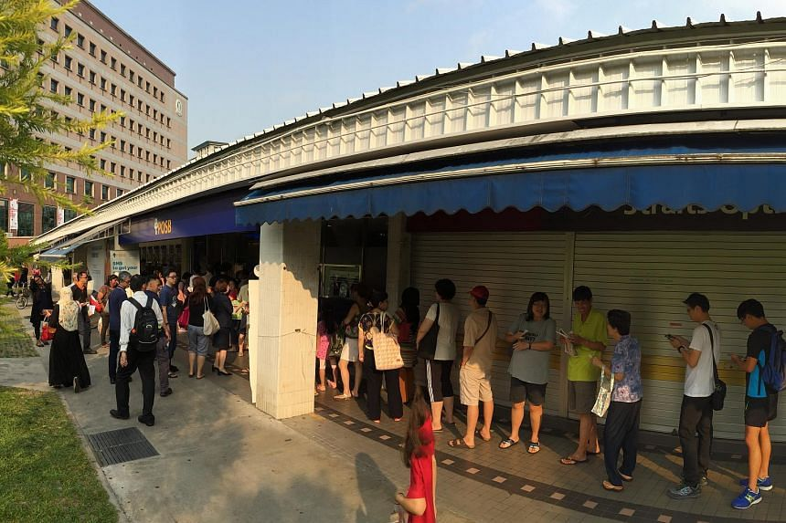 People queueing up for the commemorative notes at POSB's Tampines Central branch on Aug 20, 2015.