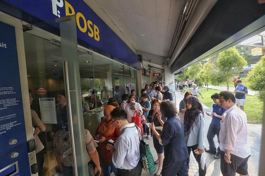 Members of the public queueing up for the commemorative notes at POSB's Tampines Central branch on Aug 20, 2015.