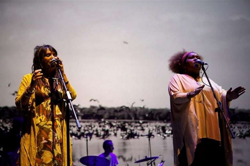 Dirtsong features The Black Arm Band, comprising mainly musicians from the indigenous groups of the Aborigines and Torres Strait Islanders.