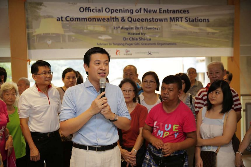 Dr Chia Shi-Lu (centre), adviser to Tanjong Pagar GRC Grassroots Organisations, officiating the opening of the new link bridge at Commonwealth MRT Station.