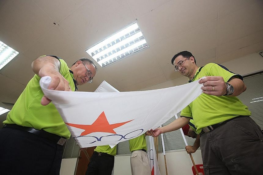 Singapore Democratic Alliance chief Desmond Lim Bak Chuan (at far left) and some party members getting ready for their campaign.
