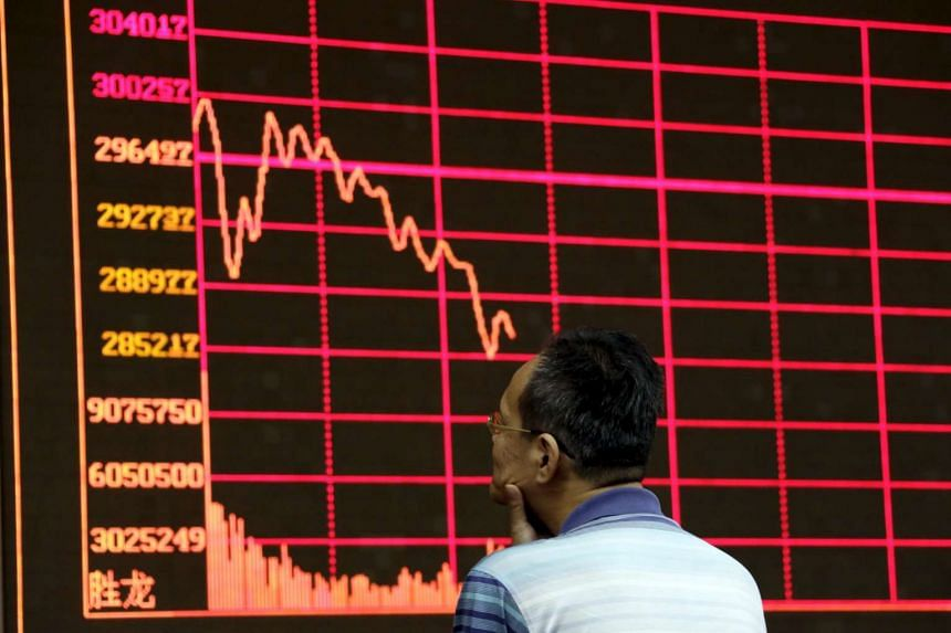 An investor looks at an electronic board showing stock information of Shanghai Stock Exchange Composite Index at a brokerage house in Beijing on Aug 26, 2015.