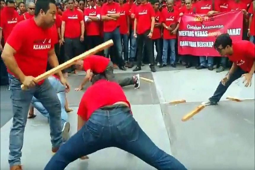 """A group of Bersih supporters gathered at Dataran Batu Pahat in Johor on Wednesday, in what was billed as a prelude to the rally. A screen grab of a YouTube video shows members of an anti-Bersih group displaying their martial arts prowess by """"beating"""""""