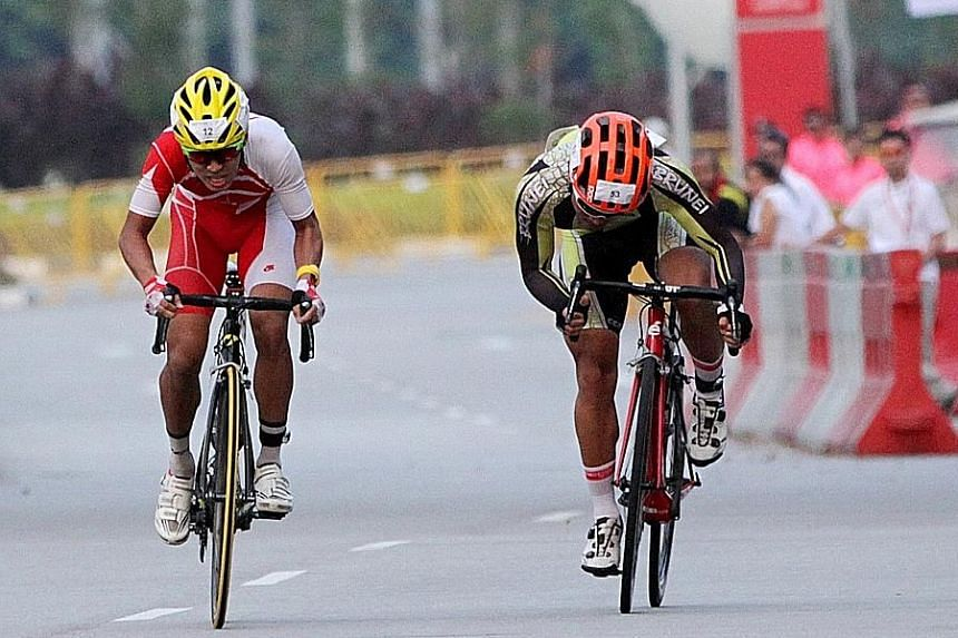 Team Singapore cyclist Low Ji Wen (left) and his Bruneian rival Abdul Hadrie Morsidi in their thrilling sprint to the finish during the OCBC Cycle Speedway SEA Championship at the Singapore Sports Hub yesterday.