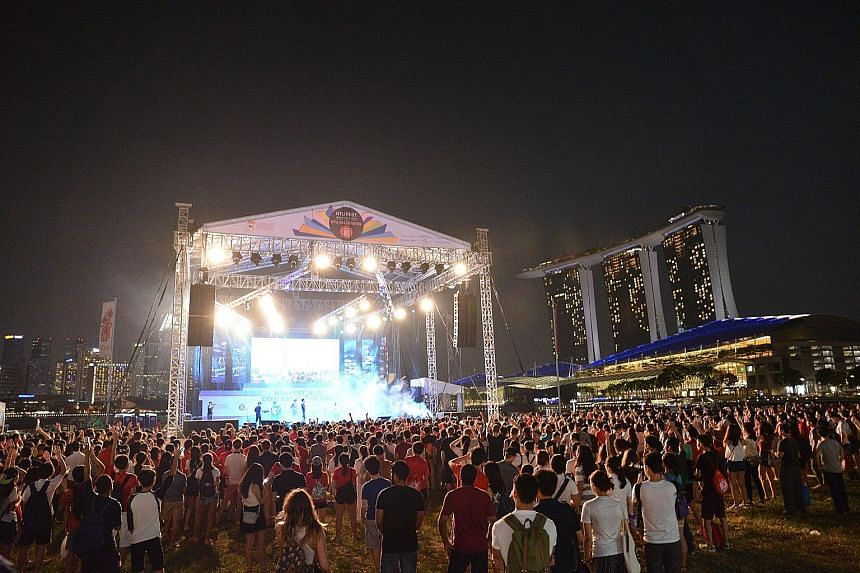 Thousands gathered at Marina Bay Promontory last night for the NTU Fest, organised by Nanyang Technological University (NTU) students to celebrate SG50 and to mark the start of a new academic year. Education Minister Heng Swee Keat officiated at the