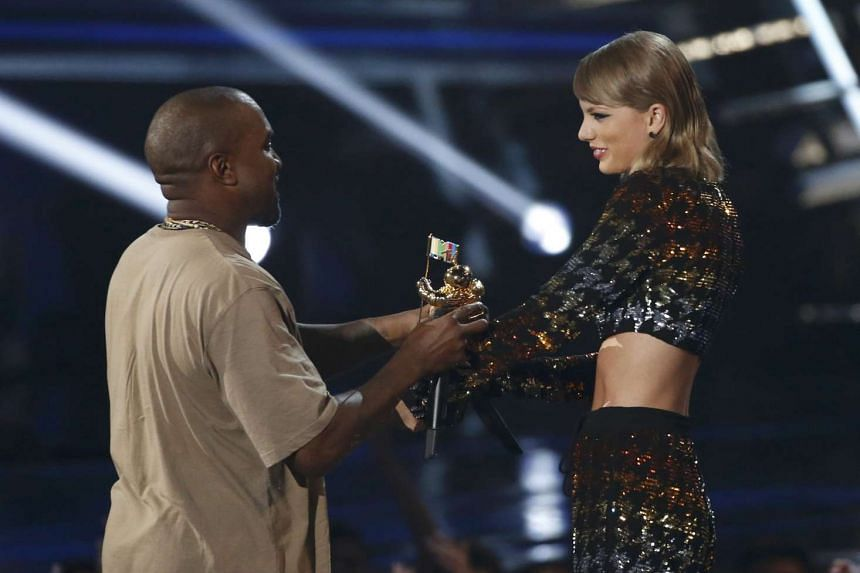 Taylor Swift presents the Video Vanguard Award to Kanye West at the 2015 MTV Video Music Awards in Los Angeles, California, August 30, 2015.