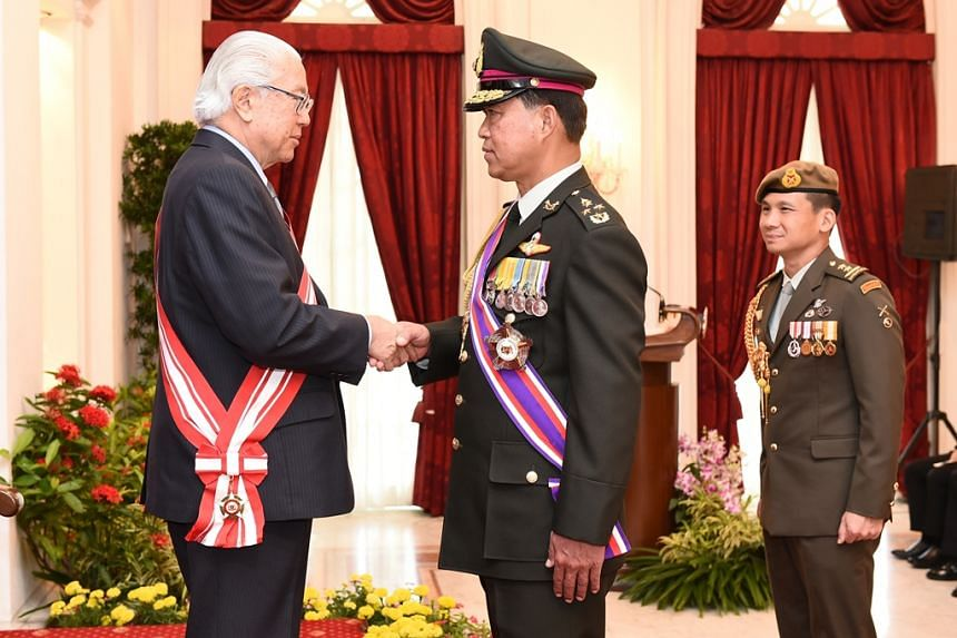 President Tony Tan Keng Yam congratulating Chief of Defence Forces (CDF) of the Royal Thai Armed Forces (RTARF) General (GEN) Worapong Sanganetra after conferring the Distinguished Service Order (Military) on him at the Istana.