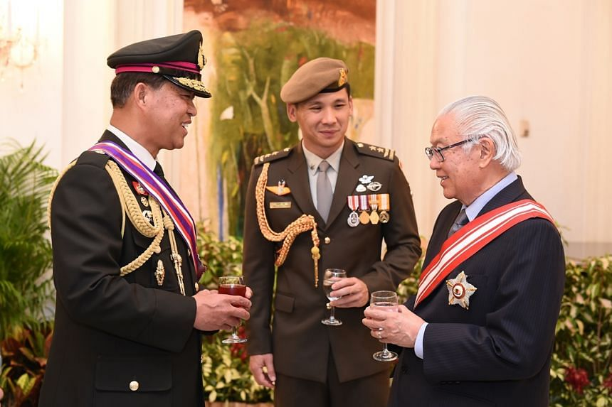 President Tony Tan (right) and the Chief of Defence Force Major-General (MG) Perry Lim (centre) with the GEN Worapong.