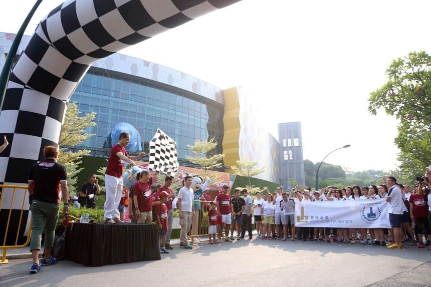 Minister Lim Hng Kiang flagging off the participants for the 3km walk.