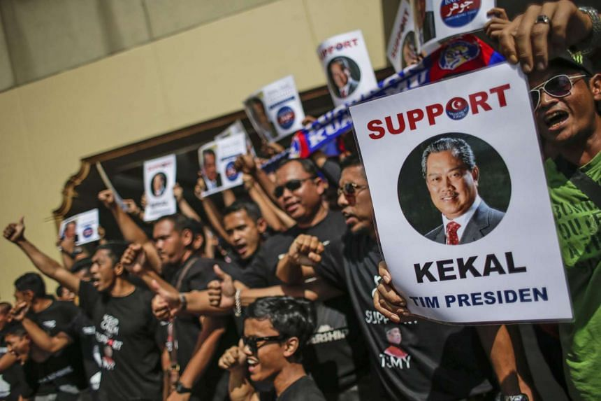 Supporters of former deputy prime minister Muhiyiddin Yassin gather outside United Malays National Organisation (UMNO) headquaters in Kuala Lumpur, Malaysia, Sept 9, 2015.