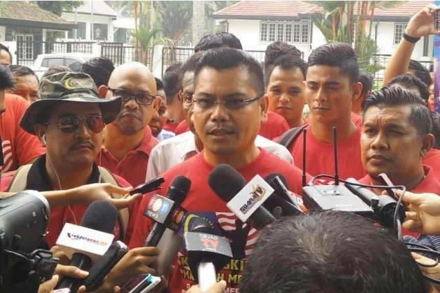 Datuk Jamal Yunus speaking to the media with Mohd Ali (left, with hat and sunglasses) at his side, on Sept 15, 2015.