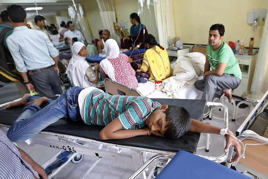 Indian patients undergo treatment in a ward for those diagnosed with or suspected of having dengue fever at the Ram Manohar Lohia (RML) hospital in New Delhi, India on Sept 16, 2015.