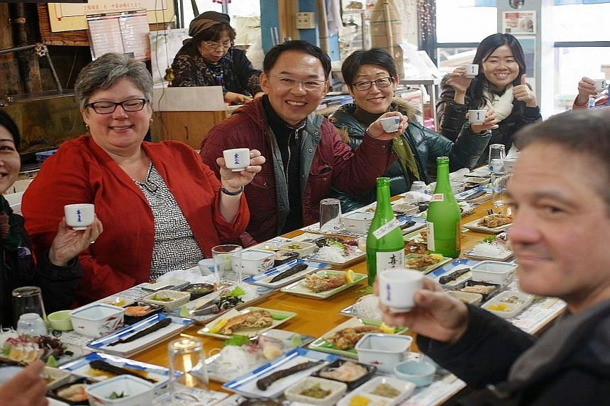 Lunch at casual restaurant Yoakejaya with Mr Kohtaroh Kinoshita (in maroon jacket), the seventh- generation president of Kitaya brewery. The toji or sake master (left above) of Mori No Kura brewery scoops out sake which is still in its fermentation s