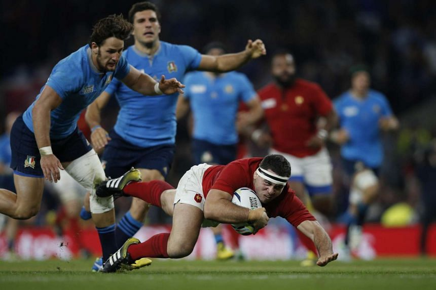 France's Guilhem Guirado (right) dives for the line but falls just short, in an attack that eventually leads to France's first try.