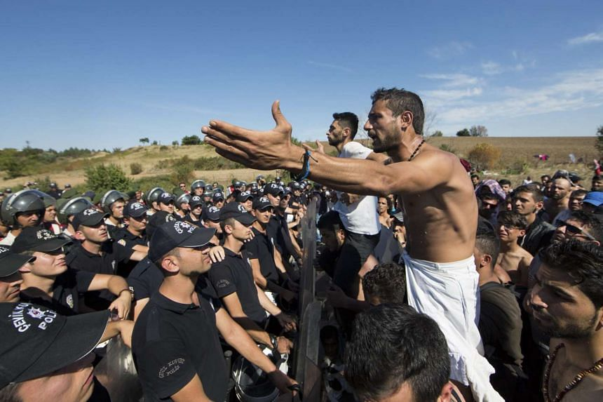 Syrian refugees react to riot Turkish police at the Istanbul-Edirne highway on Sept 19, 2015.