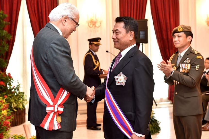 President Tony Tan Keng Yam congratulating General (Ret) Moeldoko after conferring the Distinguished Service Order (Military) on him at the Istana.