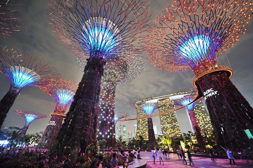 Singapore has topped a poll of the best places in the world to live and work for expatriates.