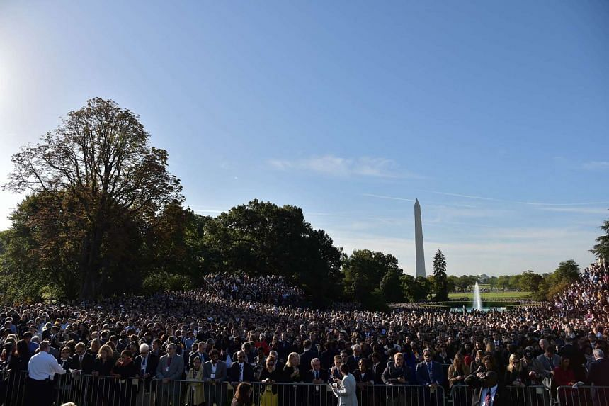 People wait for the arrival of Pope Francis at the White House on September 23, 2015 in Washington,DC.