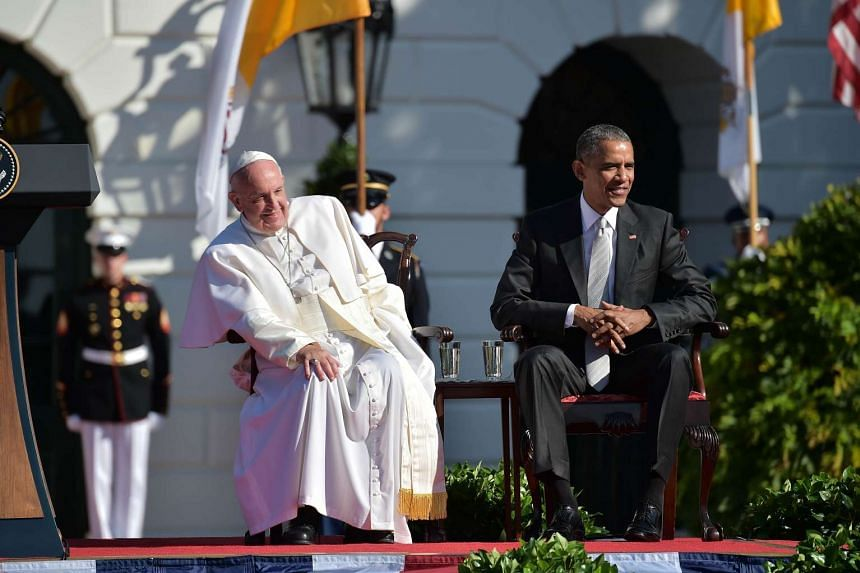 US President Barack Obama and Pope Francis sit during an arrival ceromony at the White House on September 23, 2015 in Washington,DC.