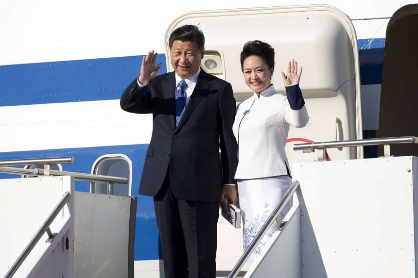 Chinese President Xi Jinping and First Lady Peng Liyuan arrive at Paine Field in Everett, Washington near Seattle on Tuesday.