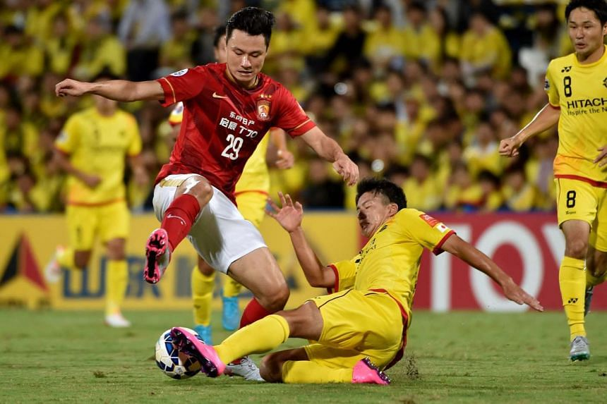 Guangzhou Evergrande forward Gao Lin (left) and Kashiwa Reysol midfielder Yuta Nakayama fight for the ball during a match on Aug 25, 2015.