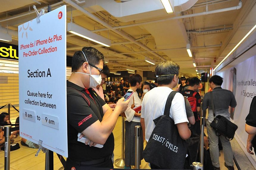 A customer who is in the queue decides to wear a mask to protect himself from the haze.