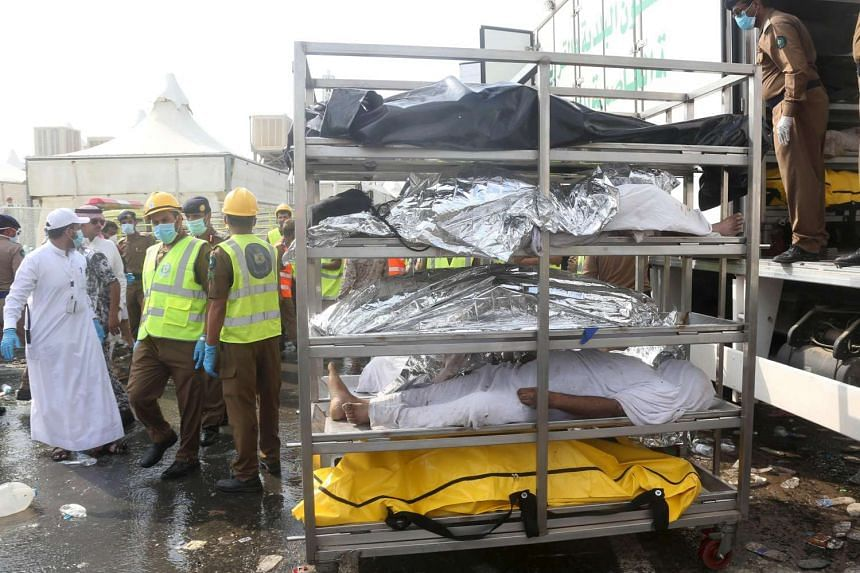 The bodies of Muslim pilgrims are laid on stretchers.