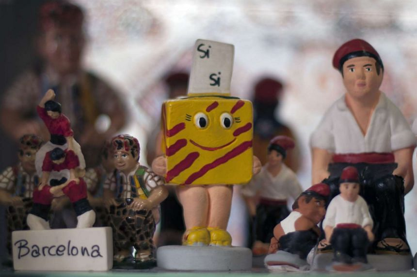 """A figurine with the """"Estelada"""" (pro-independence Catalan flag) is displayed before the regional election, in Barcelona on Sept 26, 2015."""
