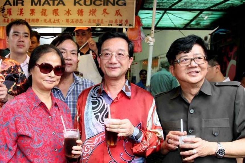 Chinese Ambassador to Malaysia Huang Huikang (centre) with his wife making an impromptu visit to Petaling Street in Kuala Lumpur last Friday to hand over mooncakes to various traders. Accompanying them was Hawkers and Petty Traders Association presid