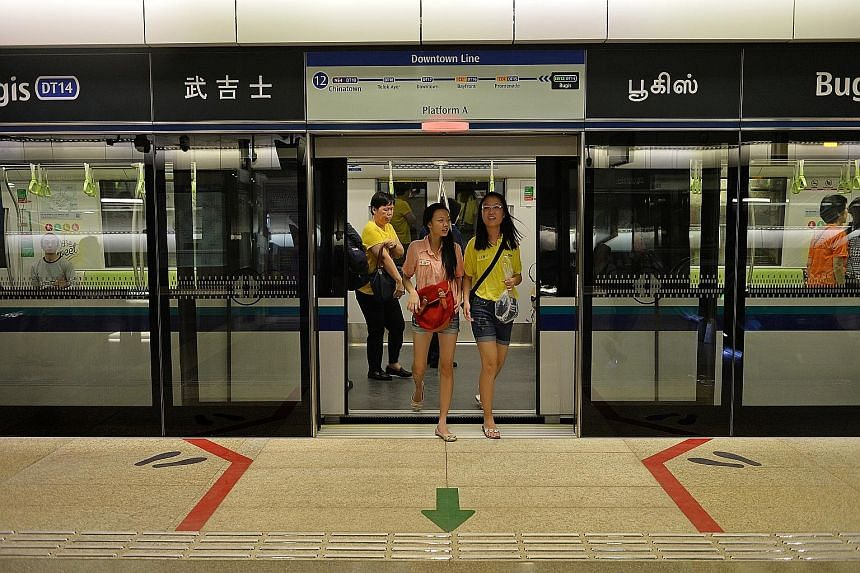 These queue lines on the platforms of the Downtown Line's Promenade (above) and Telok Ayer MRT stations are being replaced by the more conventional funnel design (below) used at the other four Downtown Line 1 stations. The new queue markings on the C