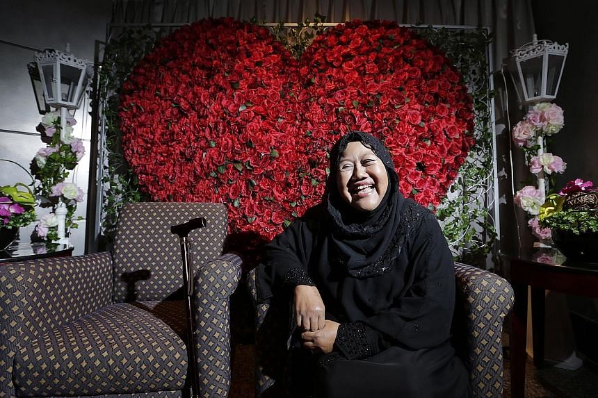 Madam Jamilah Yusop, a former Warna 94.2FM radio presenter, tries to live a normal life despite having to undergo dialysis three times a week. Yesterday, she was given the Muslim Kidney Action Association's Courage Award.