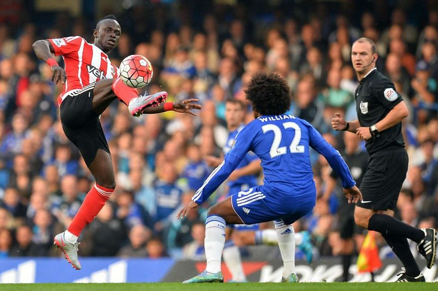 Southampton's Senegalese midfielder Sadio Mane (left) vies with Chelsea's Brazilian midfielder Willian.