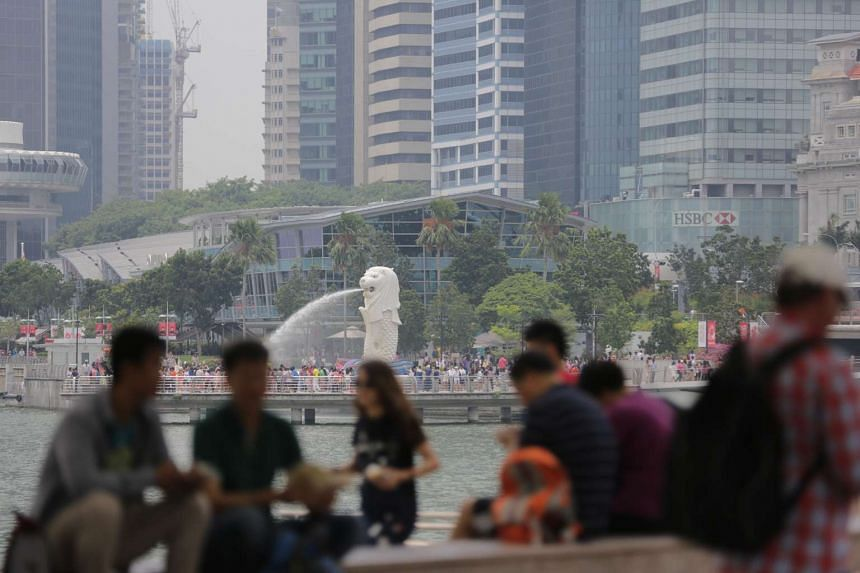 Tourists enjoying a day out near the Merlion Park at 12pm on Oct 4, 2015, when the 24-hour PSI was at 110-133 (unhealthy) and the 3-hour PSI at 81.