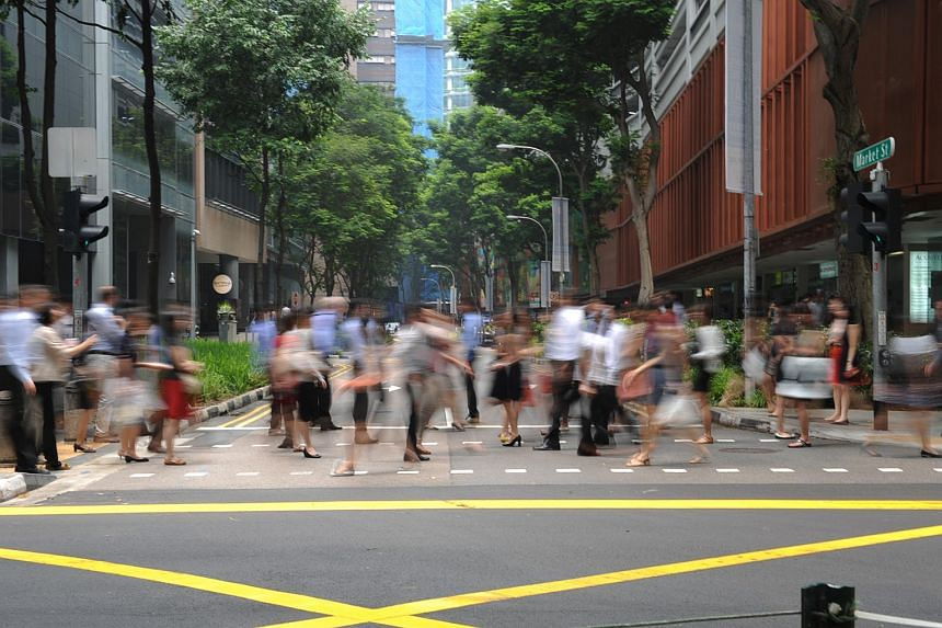 Crowd crossing the road at Raffles Place.