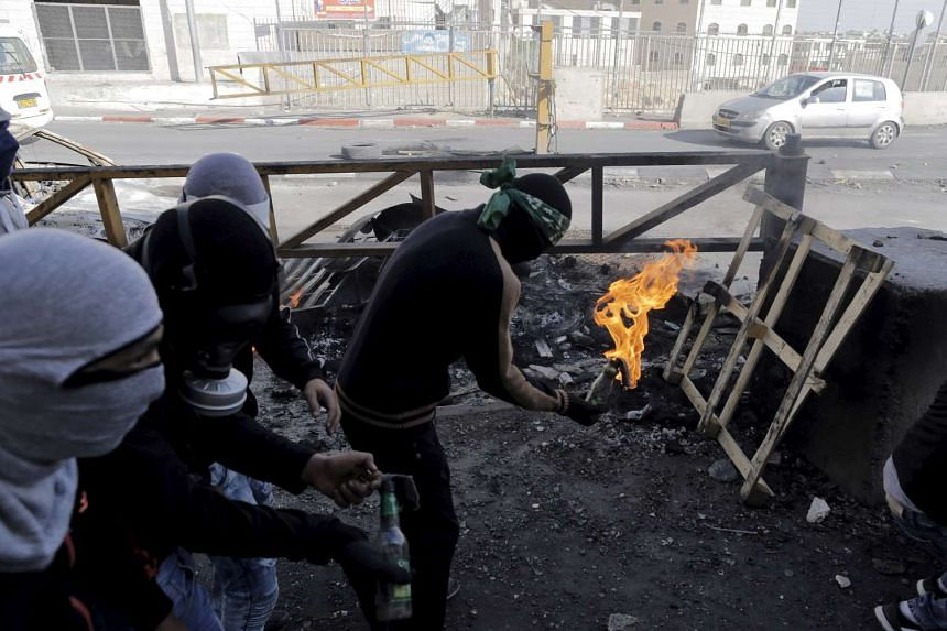 Palestinians clash with Israeli border police during clashes at a checkpoint between Shuafat refugee camp and Jerusalem Oct 9, 2015.