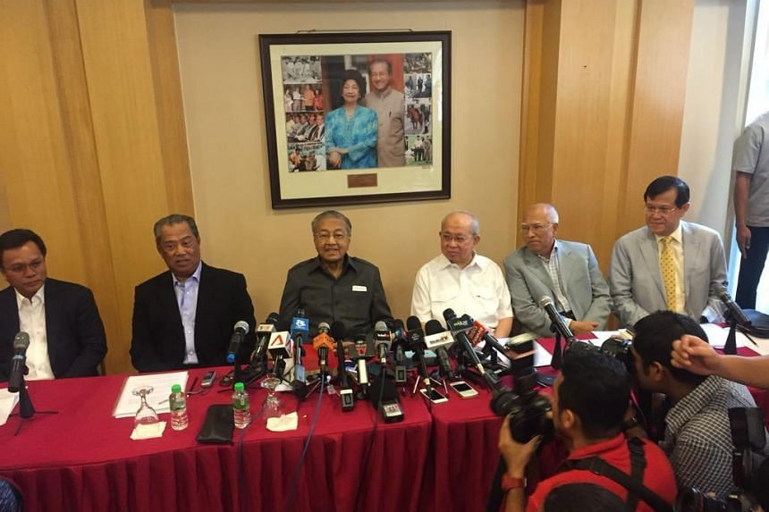Former Malaysian premier Mahathir Mohamad and several veterans of Barisan Nasional, including former DPM Muhyiddin Yassin, at a press conference to address the detention of former Umno branch leader Datuk Seri Khairuddin Abu Hassan and his lawyer Mat