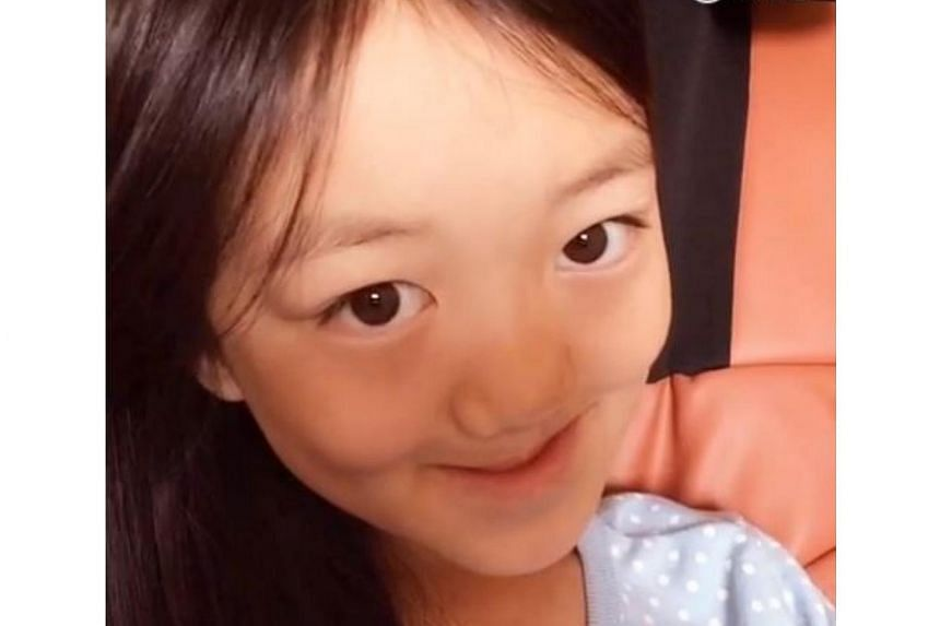 In an online selfie tutorial, Faye Wong's daughter Li Yan does impressions of Angelababy...