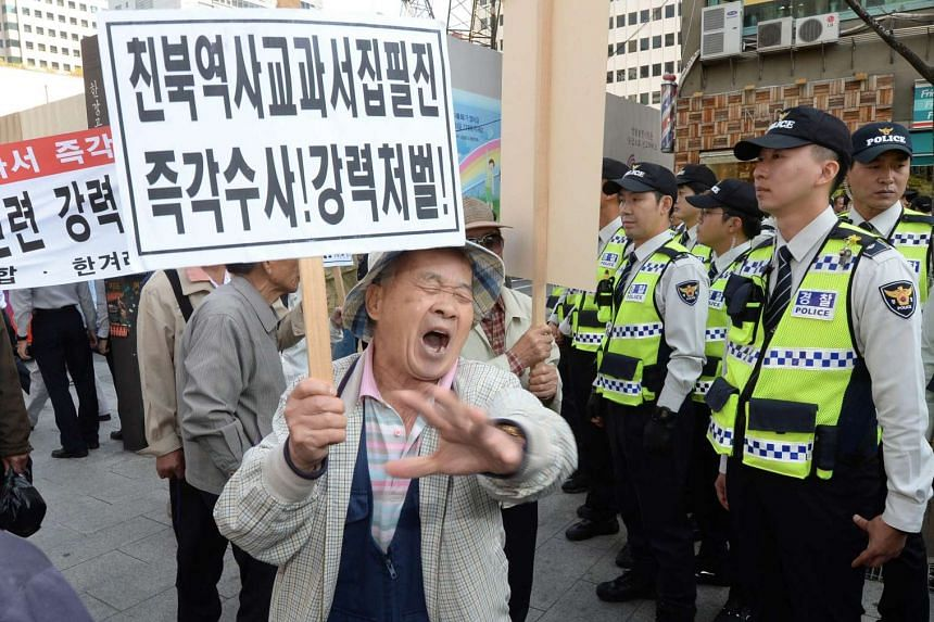 Members of a conservative group take part in a rally in Seoul, South Korea, 13 Oct 2015, to express their support for the government's plan to reintroduce a single state history textbook.