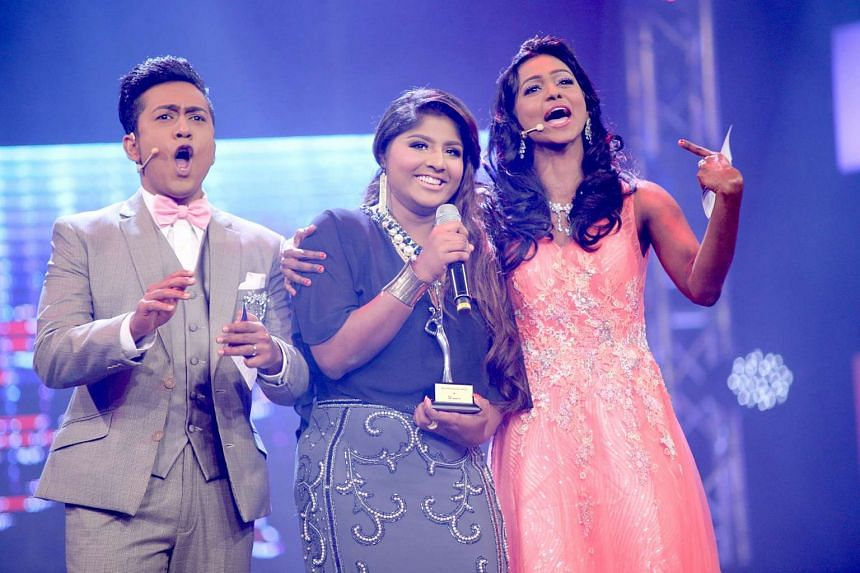 Vasantham Star winner Subashini Sundaram with hosts Varman Chandra Mohan (left) and Bharathi Rani Arunachalam (right).