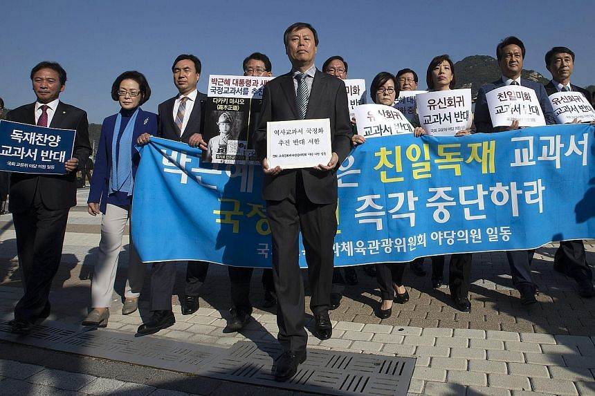 Opposition lawmakers protesting in Seoul yesterday against a single state history textbook for secondary schools.