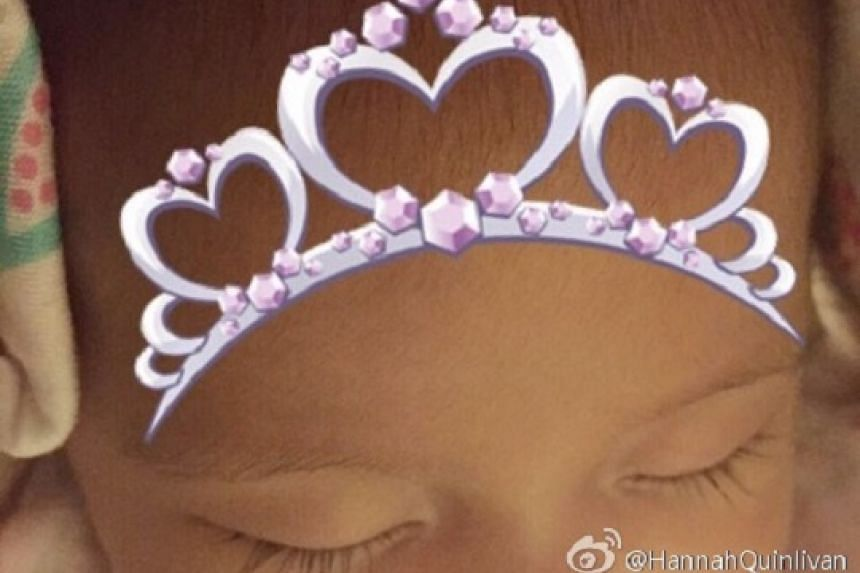 Finally, the face and name of Jay Chou's baby daughter have been revealed. Chou's wife Hannah Quinlivan has shared a picture of the girl, with a note addressed to her child, Hathaway.