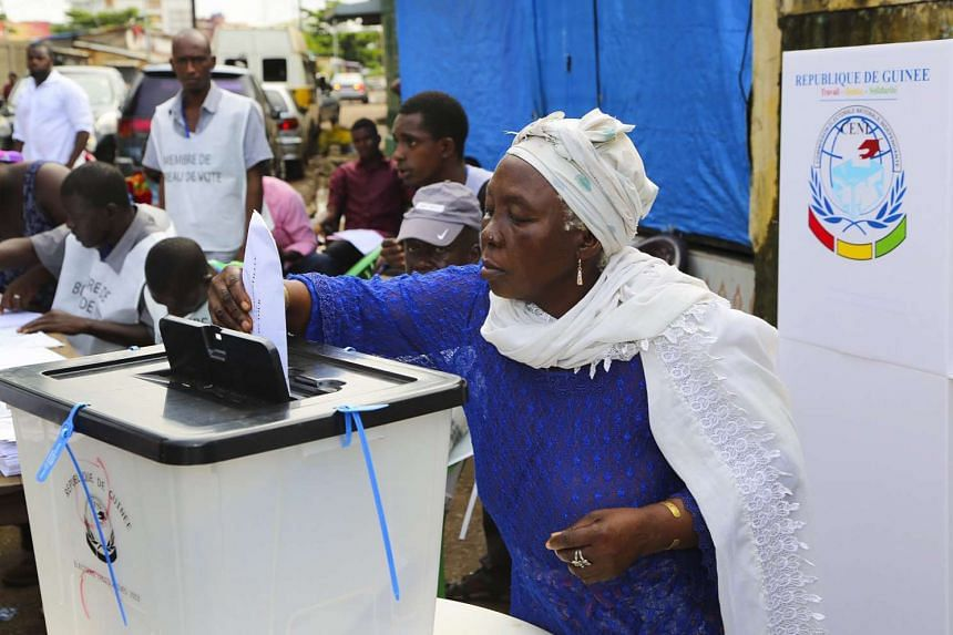 A woman from Guinea casts her ballot in the presidential elections in Conakry, Guinea on Oct 11,2015. Guineans head to the polls to elect a president in only the second democratic presidential election since independence in 1958.